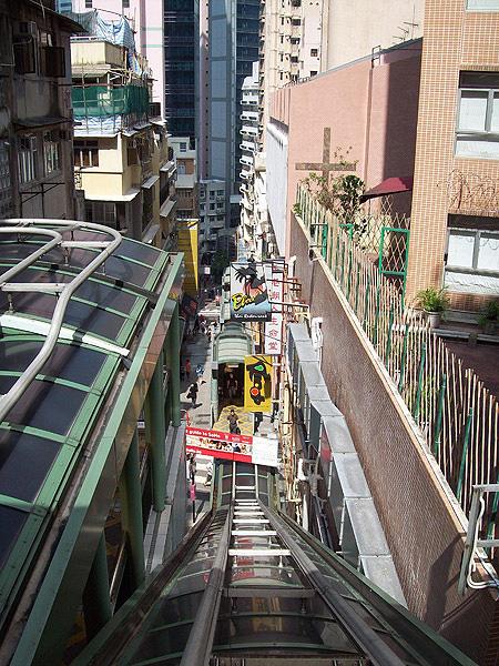 HK MILF an der Rolltreppe